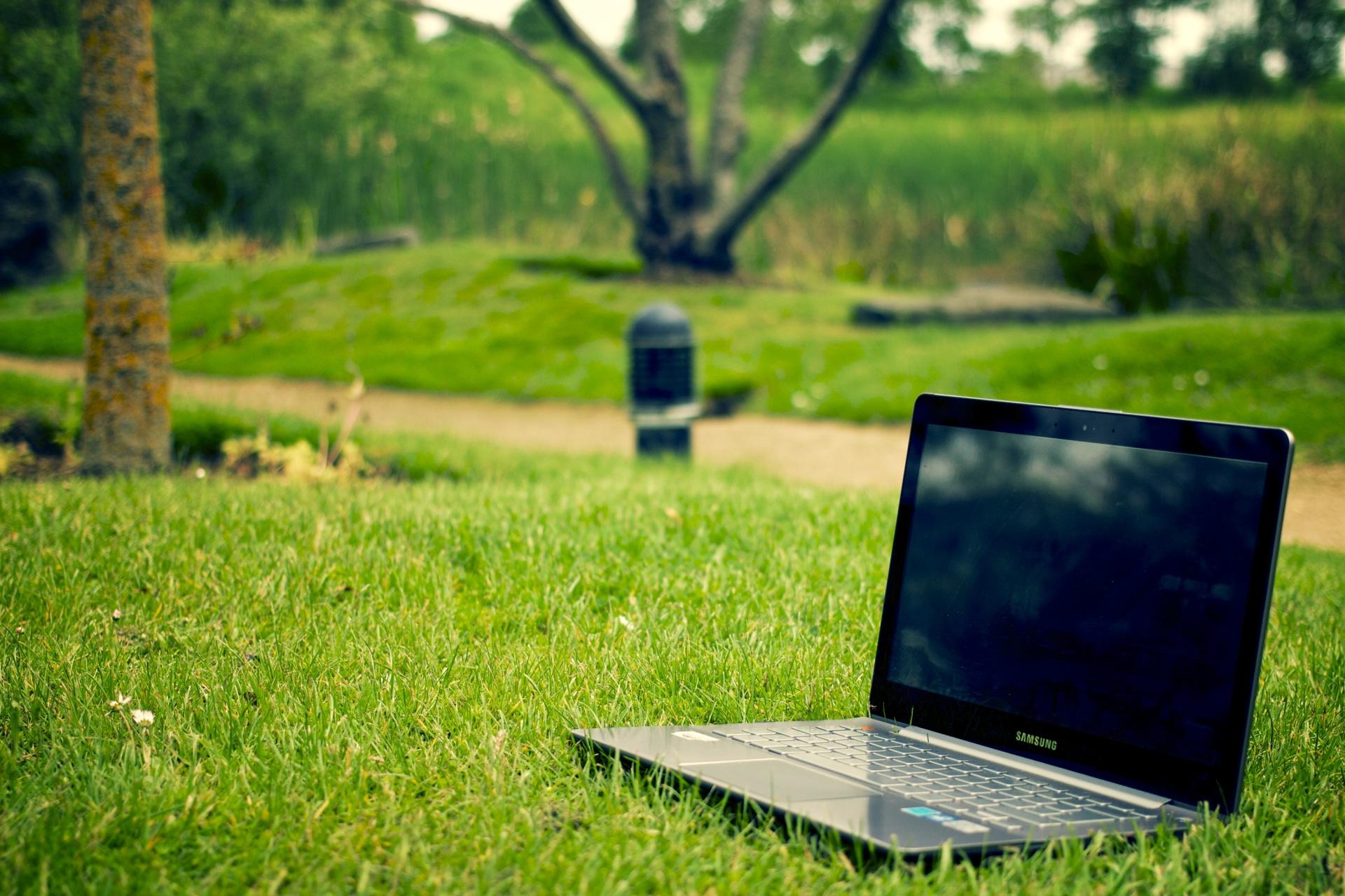 ordinateur-portable-dans-un-parc